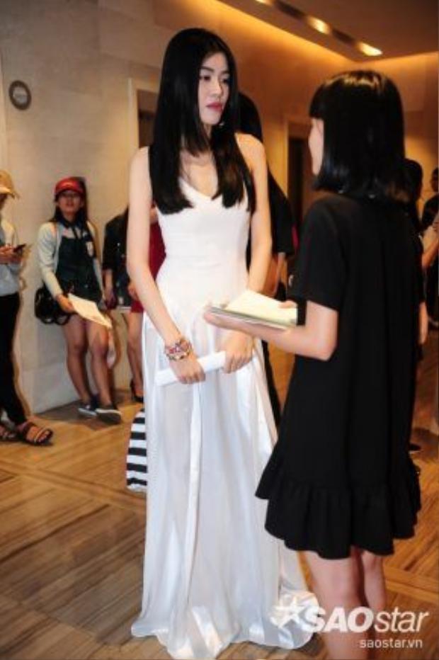 Ngoài ra, một vài người đẹp lại chọn trang phục thoải mái và mang đậm dấu ấn cá nhân.