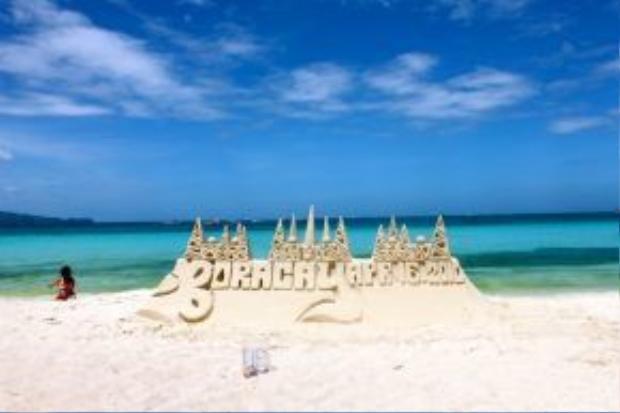 Cách thủ đô Manila vào khoảng 300km, Boracay là một đảo nhỏ nằm trong top list của các du khách đến Philippines lần đầu tiên. Nếu di chuyển bằng máy bay, bạn chỉ cần khoảng 1 giờ đồng hồ để rồi sau đó đắm mình trong làn nước trong xanh, mát lạnh của Boracay.