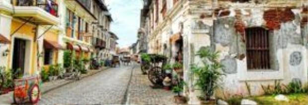 Thị trấn cổ Vigan - lưu giữ gần như nguyên vẹn dấu tích của một thành phố thuộc địa mang phong cách Tây Ban Nha tại Châu Á. Dường như, mọi thứ còn lại tại Vigan dù cũ kỹ nhưng lại là nét cuốn hút đặc biệt nhất đối với du khách, như các con đường quanh co, kiến trúc cổ, xe đẩy bán hàng hay vài ba chiếc xích lô ven góc phố…