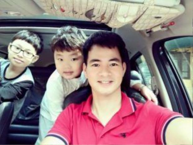 Nghệ sĩ hài Xuân Bắc ngoài được biết đến trong nhiều chương trình hài kịch nổi tiếng thì cũng khiến nhiều người ngưỡng mộ khi có cho mình một gia đình hạnh phúc, êm ấm với hai cậu con trai cực kỳ đáng yêu.