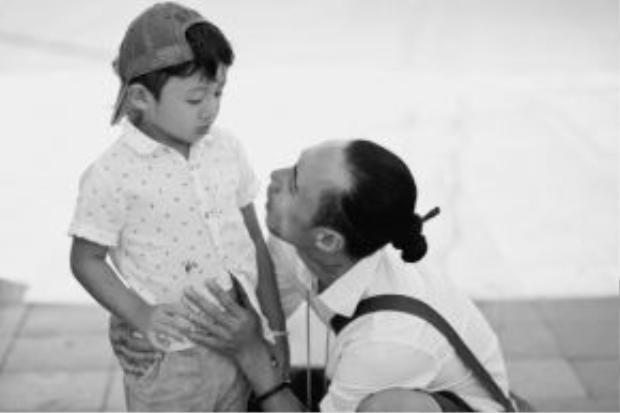 Cậu bé Châu Chấu dù rất nhỏ nhưng sớm được bố dạy cho cách cư xử vô cùng ngoan ngoãn, lễ phép.
