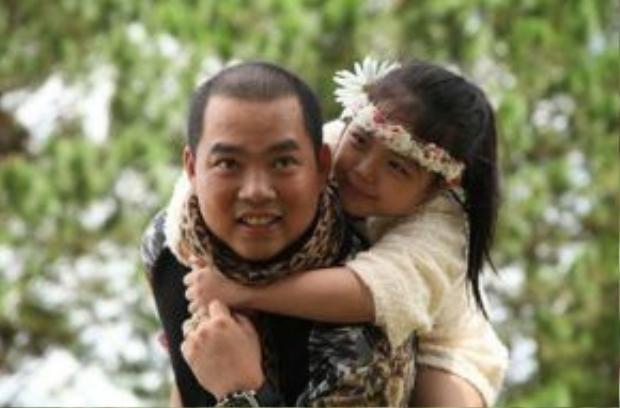 Nhạc sĩ Minh Khang cũng khiến nhiều người bất ngờ vì tình cảm thân thiết với cô con gái Suti.