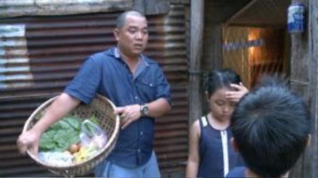 Anh luôn chăm chút cho Suti rất chu đáo, có những khoảng khắc máy quay bắt được cảnh bố Minh Khang đánh răng, cột tóc cho con gái. Khác hoàn toàn với hình ảnh một nhạc sĩ trên sóng truyền hình, trở về là một người cha, Minh Khang lại đảm đang và tình cảm chẳng ai ngờ được.