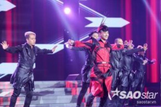 Adam thể hiện khả năng vũ đạo chuyên nghiệp và cuốn hút trên sân khấu.