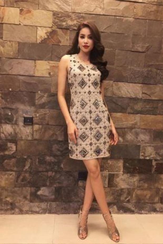 """Phạm Hương với style """"hoa hậu"""" tại phim trường ghi hình cho tập tiếp theo của The Face."""