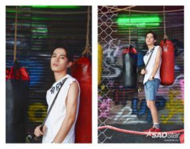 Fashionisto Trương Bùi Hoài Nam tạo dáng bên photoboost chủ đề Sport It Up cực khỏe khoắn với ý tưởng phòng tập boxing.