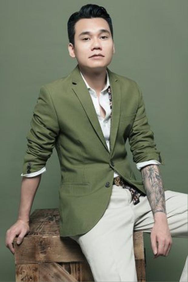 Bộ ảnh mới của Khắc Việt được thực hiện bởi nhiếp ảnh gia Nguyễn Hoàng Duy, make-up Chiyo Đoan Trang, stylist Thiên Thanh và costume Thuận Nguyễn.