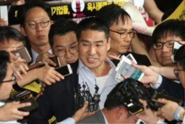 John Lee - Cựu lãnh đạo doanh nghiệp bị cáo buộc có sản phẩm gây chết người được phóng thích. Ảnh: AP