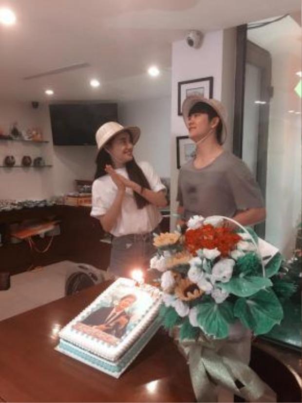 Cả hai đội nón đôi. Bên cạnh đó, nét mặt của Nhã Phương lẫn Kang Tae Oh đều rất vui vẻ và hào hứng.