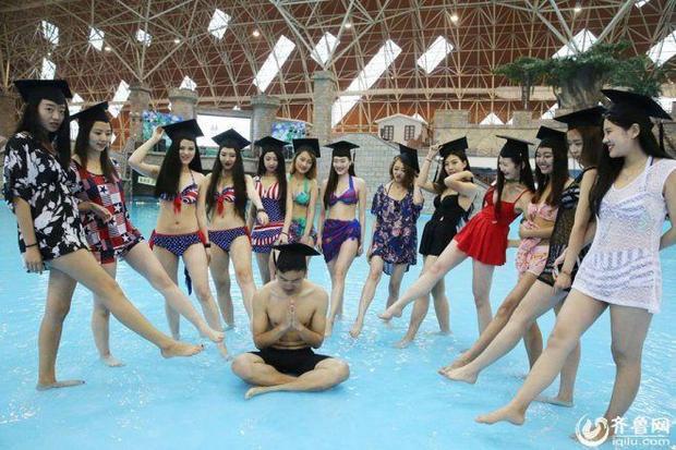 Phát sốt với hình ảnh sinh viên Trung Quốc chụp kỷ yếu bikini hình quốc kỳ Mỹ