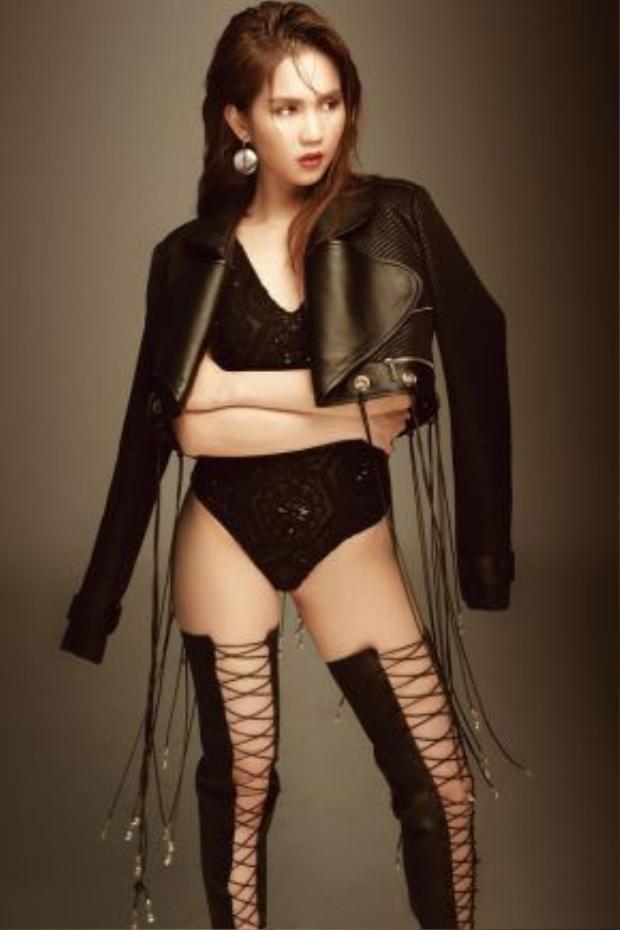 Bên cạnh đó là những bộ bodysuit bó sát, áo da khoác hờ và boot buộc dây chằng chịt cùng tông đen để thể hiện phong cách mạnh mẽ nhưng vẫn gợi cảm.