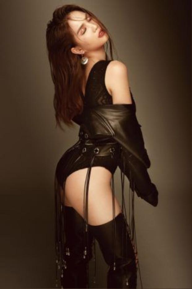 """Theo chia sẻ từ ê-kíp, NTK Đỗ Long đã sử dụng kỹ thuật đính kết pha lê tỉ mỉ để tạo ra điểm nhấn bắt mắt cho bộ trang phục. Những viên pha lê lấp lánh được sắp xếp một cách có chủ đích nhằm giúp bộ váy hai dây xẻ lườn vừa gợi cảm, vừa có thể che đi những vùng nhạy cảm trên cơ thể của """"nữ hoàng nội y""""."""