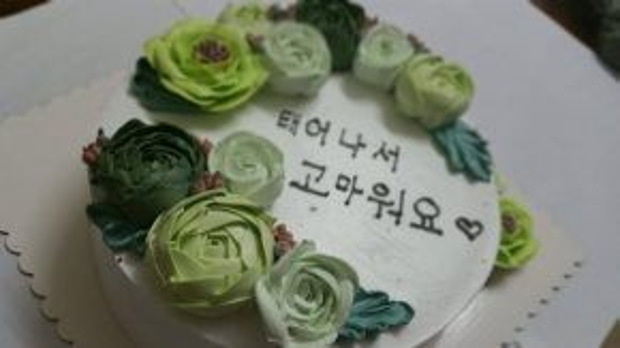 Không chỉ có Nhã Phương và ê-kíp Tuổi thanh xuân nhớ tới sinh nhật của Kang Tae Oh, FC chính thức của anh chàng tại Việt Nam cũng đã bí mật chuẩn bị một chiếc bánh kem cùng gần 100 lời chúc gửi tới tận tay thần tượng trong ngày sinh nhật. Nguồn ảnh: KTOVN - Kang Tae Oh Vietnam Fanpage