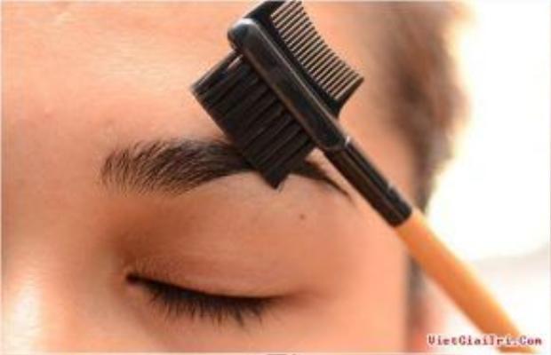 Dùng lược chải lông mày để khắc phục lỗi sai khi lông mày quá đậm do trang điểm