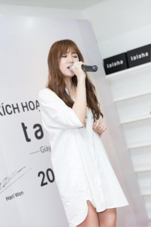 Cũng trong sự kiện, Hari Won lần đầu hát live bản hít gây sóng trên các bảng xếp hạng với Anh cứ đi đi.