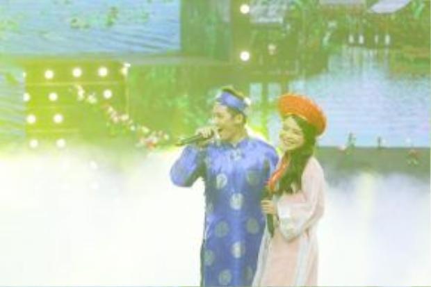 Tronie và Thái Trinh diện áo dài truyền thống đúng với phong tục cưới của người Việt Nam.
