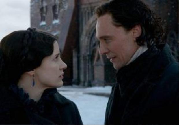 Tom Hiddleston có đến hai cô người tình trong phim.