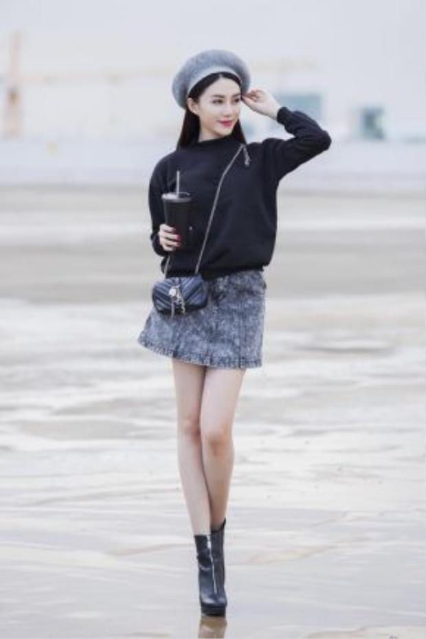 Lê Hà nữ tính nhưng vẫn hợp thời trong trang phục kết hợp từ chân váy denim và sweater mang màu sắc trung tính