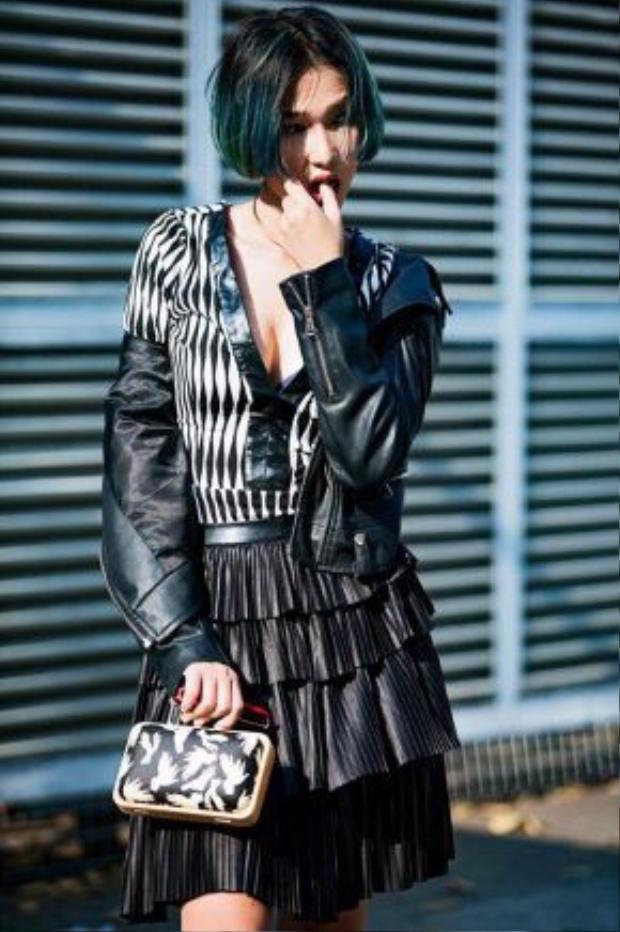 Diệp Linh Châu nổi loạn trong việc kết hợp trang phục cũng như phụ kiện mang hơi hướng rock-chic