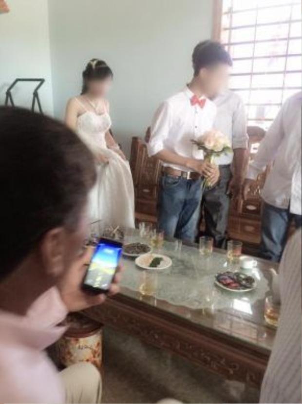 """Hình ảnh cặp đôi """"nhí"""" trong ngày cưới."""