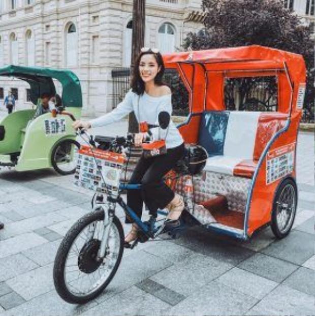Kỳ Duyên thích thú trải nghiệm đi xeRicshay - một loại xe 3 bánh, với sức kéo của chiếc xe moto điện đằng trước.