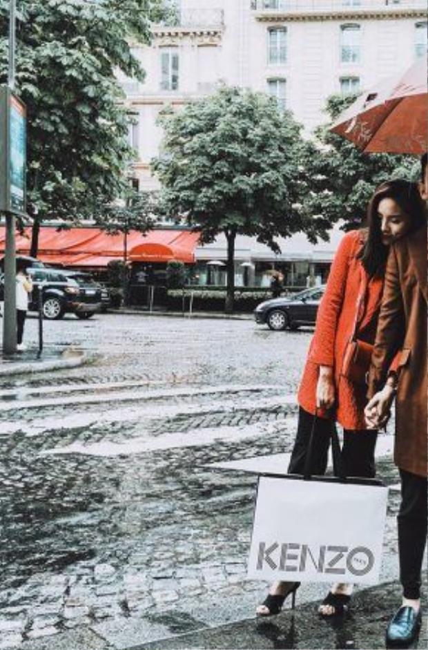 """Tuy nhiên, chuyến du lịch của Kỳ Duyên còn có bạn trai bởi cô bất ngờ đăng tải bức ảnh nắm chặt tay chàng trai giấu mặt với dòng chú thích ngọt ngào: """"Mưa và lạnh…Nhưng tôi lúc này ấm và êm.Thank you, my dear""""."""