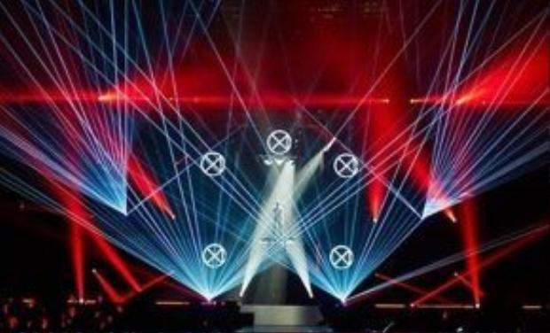 Loạt sân khấu hoành tráng khiến người hâm mộ thỏa mãn cả phần nghe và phần nhìn.