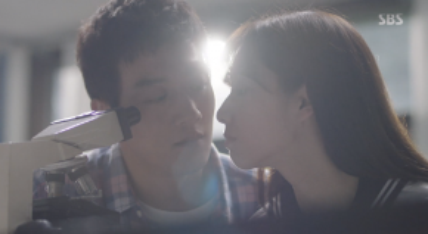 Thầy Ji Hong bắt đầu gần gũi, thân thiết hơn với cô trò nhỏ Hye Jung.