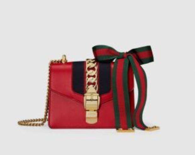 Mẫu túi Sylvie với dây xích và ruy băng đính kèm này có giá 1950$ (khoảng 43 triệu đồng)