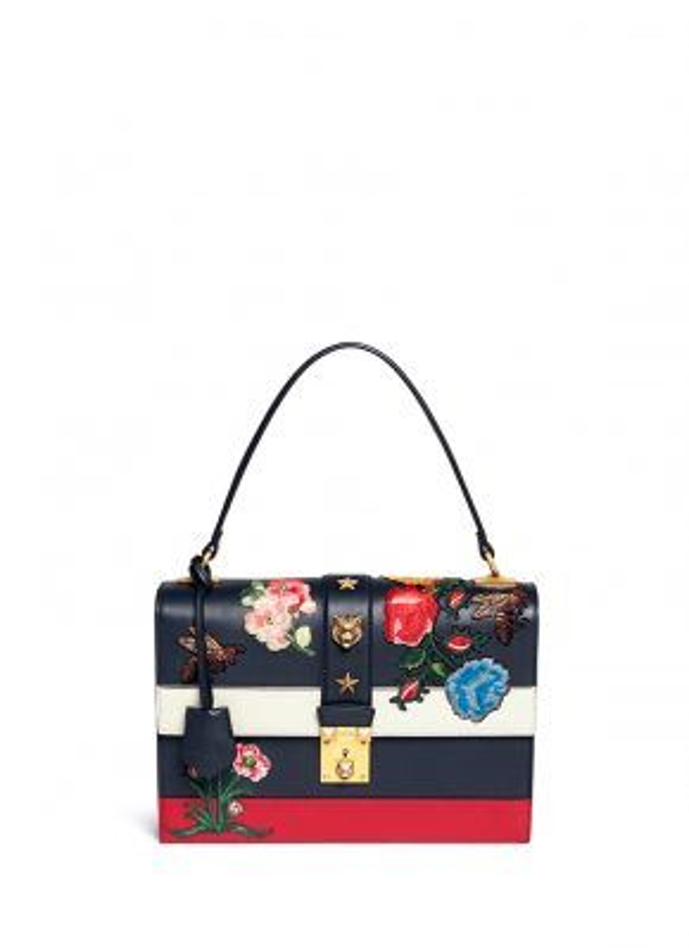Thiết kế này nằm trong BST Xuân Hè của nhà mốt Ý và có giá 3800$ (khoảng 84 triệu đồng)