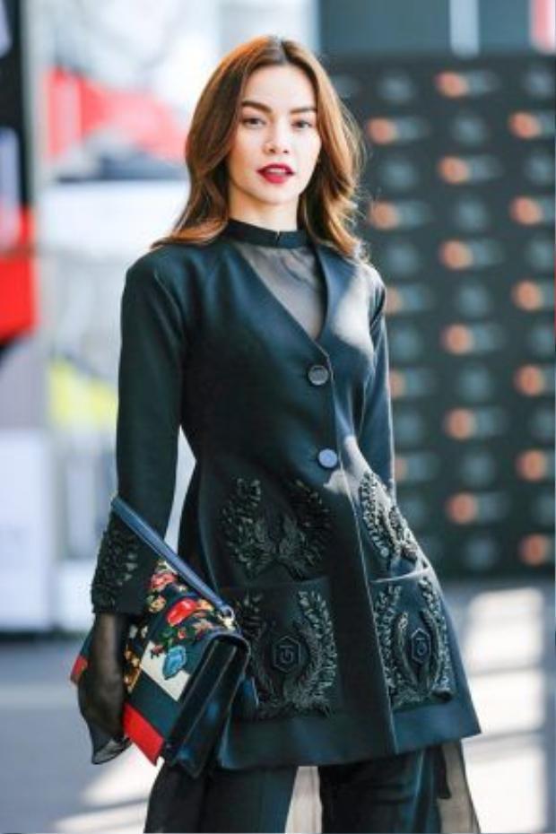 Tham dự tuần lễ thời trang Tokyo ba tháng trước, Hồ Ngọc Hà kết hợp trang phục từ BST Lúa của NTK Công Trí cùng mẫu túi xách Gucci Cat Lock thêu hoa.