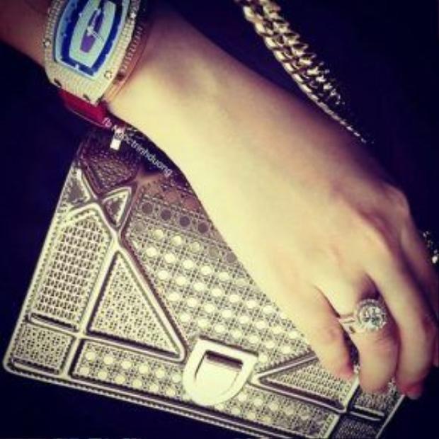 Nữ MC Ngọc Trinh từng tiết lộ đây là chiếc đồng hồ cô rất yêu thích. Không những thế, chiếc đồng hồ này còn là phiên bản giới hạn, hiện cả thế giới chỉ có 2 chiếc.