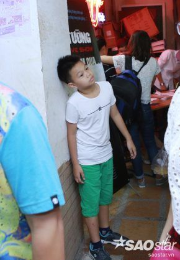 Đêm nhạc cũng có sự tham gia của vợ con Trần Lập. Trong lúc chờ mẹ, cậu bé đứng nhìn các bức ảnh chụp bố được treo trên tường.