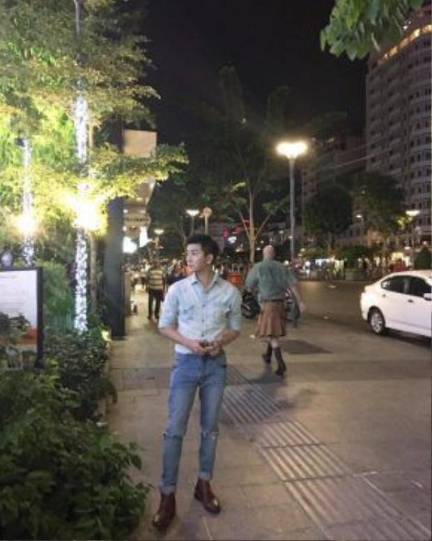 Nam Hee cũng chứng tỏ mình là một anh chàng khá nhanh chóng trong việc bắt kịp các xu hướng thời trang khi diện nguyên cây denim on denim.