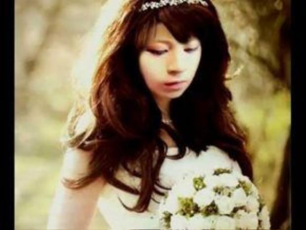 Trước khi đến với hình ảnh tomboy, Gil Lê từng để mái tóc dài thướt tha, thậm chí, còn trang điểm và mặc váy cô dâu.