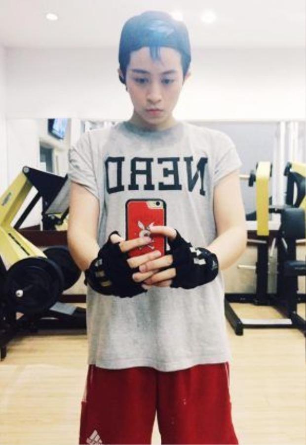 Để duy trì được vóc dáng mạnh mẽ như giờ, Gil Lê cũng thường xuyên tập gym.