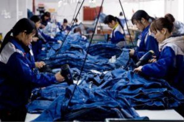 Để giữ vững tiêu chí rẻ và hợp mốt, các thương hiệu đã bắt đầu di dời nhà máy sản xuất qua những quốc gia đang phát triển.
