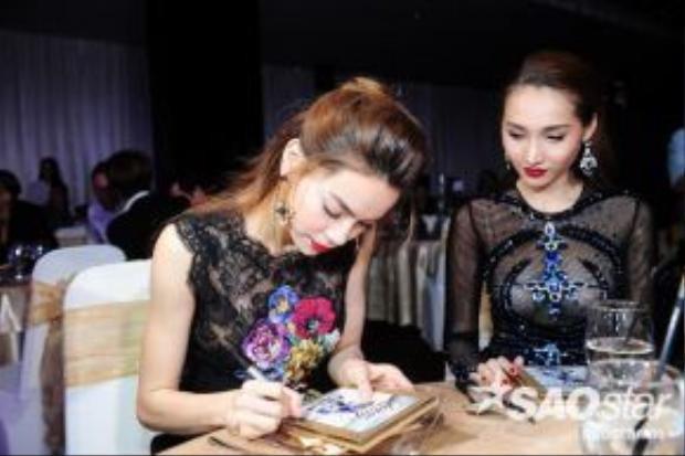 HLV Hồ Ngọc Hà ký tặng DVD cho các học trò của mình.