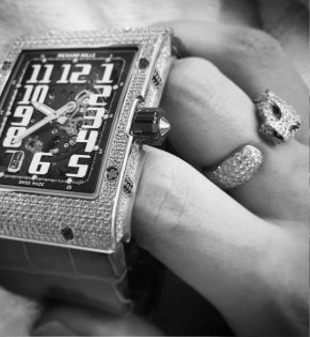 Đồng hồ Richard Mille kết hợp cùng nhẫn Cartier.