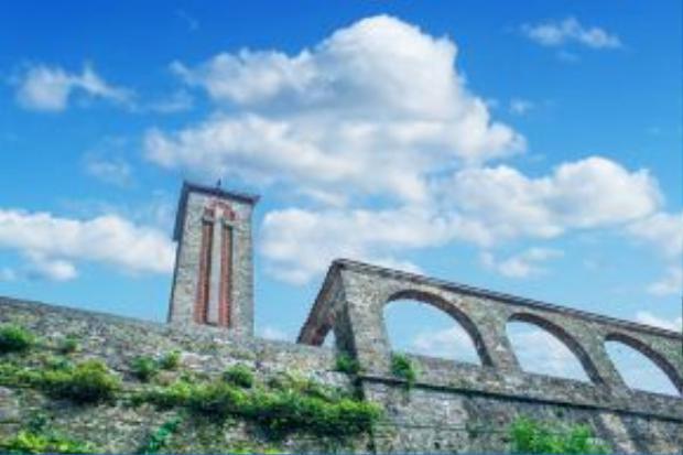 Một trong những địa điểm du lịch không thể bỏ qua khi đến Tam Đảo là nhà thờ đá cổ.