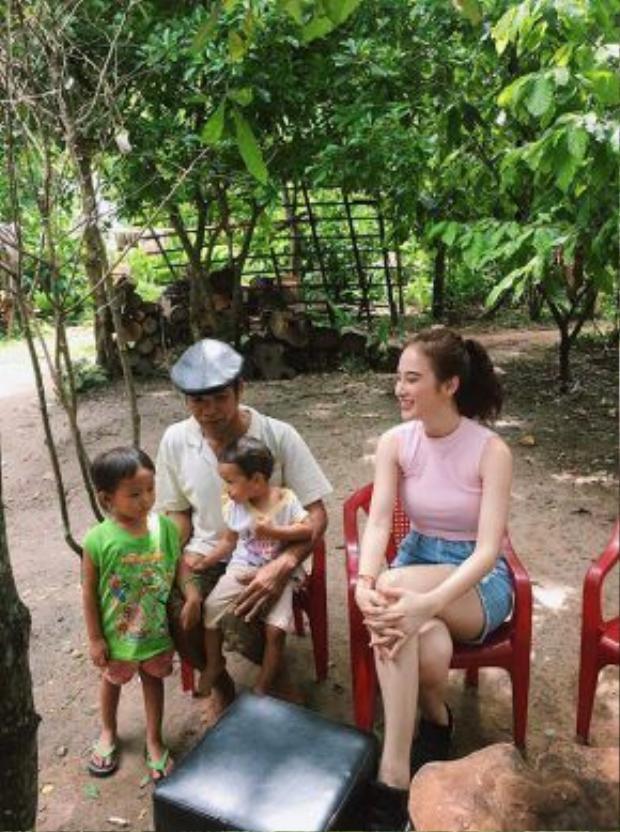 Cô thân thiện giao lưu, trò chuyện cùng người dân trong buôn làng.