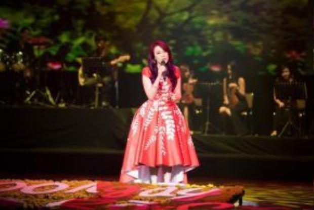 Mỹ Tâm xuất hiện trong chiếc đầm cổ điển cùng những chia sẻvề cố nhạc sĩ Thanh Tùng.
