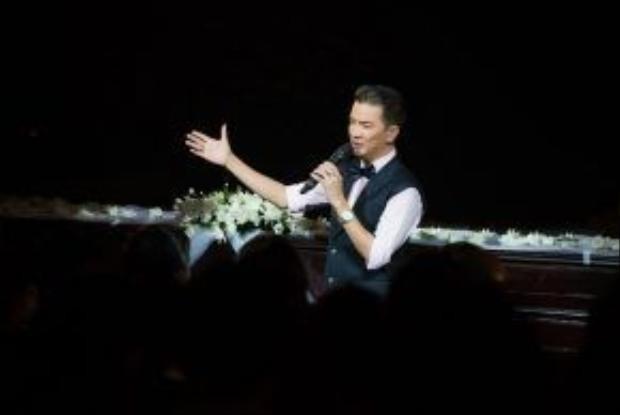 Đàm Vĩnh Hưng cũng gửi tới khán giả 2 ca khúc nổi tiếng của nhạc sĩ Thanh Tùng là Ngôi sao cô đơn và Tình không biên giới. Mr Đàm chia sẻ đã thích những ca khúc này từ thời còn là học sinh.
