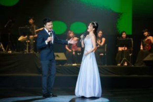 Nam ca sĩ cùng Hồng Nhung cũng có màn kết hợp ngọt ngào với Em và tôi.
