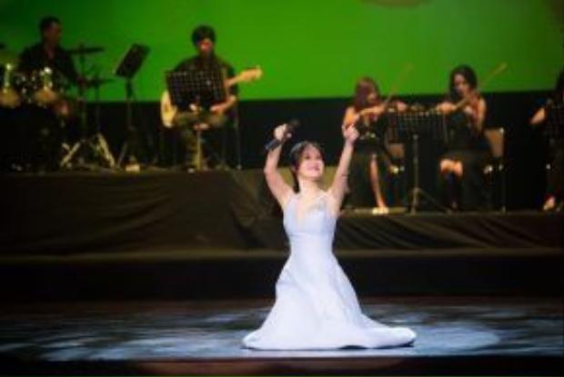 """Hồng Nhung chia sẻ về sáng tác của nhạc sĩ Thanh Tùng: """"Các nhạc sĩ thường hay viết về những người phụ nữ quan trọng trong cuộc đời của họ, nhưng để viết một bài hát về người vợ, mà lại là một người mất rồi thì đây quả là một trường hợp rất hiếm hoi và đặc biệt""""."""