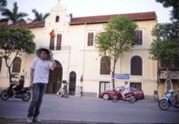Anh chàng khoe ảnh đội nón lá dạo bước trên phố Hà Nội. Bối cảnh trong ảnh là khu vực Sở văn hóa thông tin Hà Nội - đối diện Hồ Gươm.