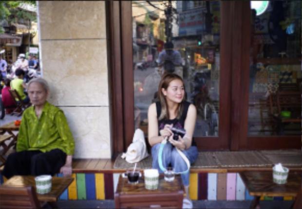 Cũng trên trang Instagram cá nhân, March chia sẻ hình ảnh người quản lý đi cùng anh đang uống cafe theo phong cách Việt Nam trên bàn ghế gỗ, đặt trước vỉa hè tại Hippie Land Coffee (số 92C Nguyễn Hữu Huân).
