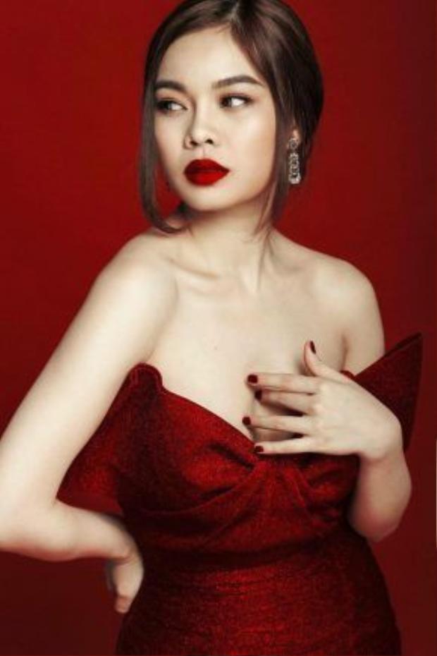 Dường như Giang Hồng Ngọc cũng là một fan hâm mộ với màu sơn móng tay đỏ. Nữ ca sĩ khéo léo kết hợp công thức sơn móng tay trùng với màu son, khiến gương mặt của cô trở nên quyến rũ và hấp dẫn hơn
