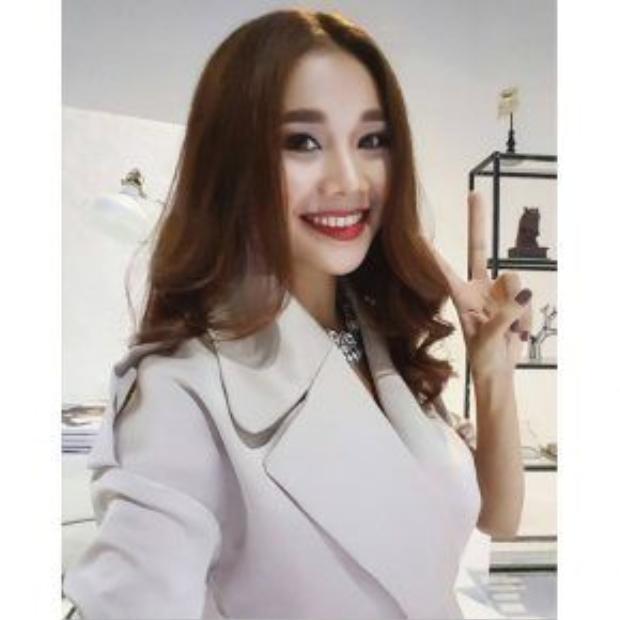 Siêu mẫu Thanh Hằng sỡ hữu vẻ đẹp quyền lực và mạnh mẽ cùng với màu sơn móng tay nâu sô cô la