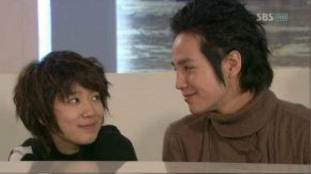 Tae Kyung hay đe dọa, nhưng thường xuyên giúp đỡ Mi Nam khi cô gặp khó khăn.